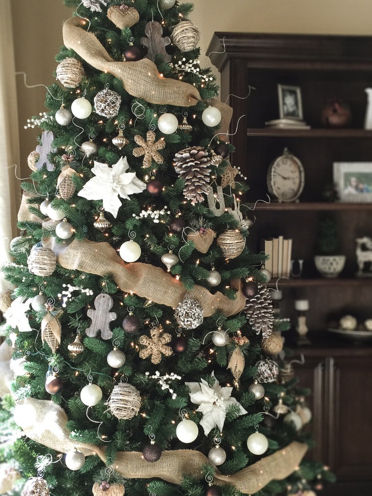 charming christmas tree decorating ideas to try this season - How To Decorate A Big Christmas Tree