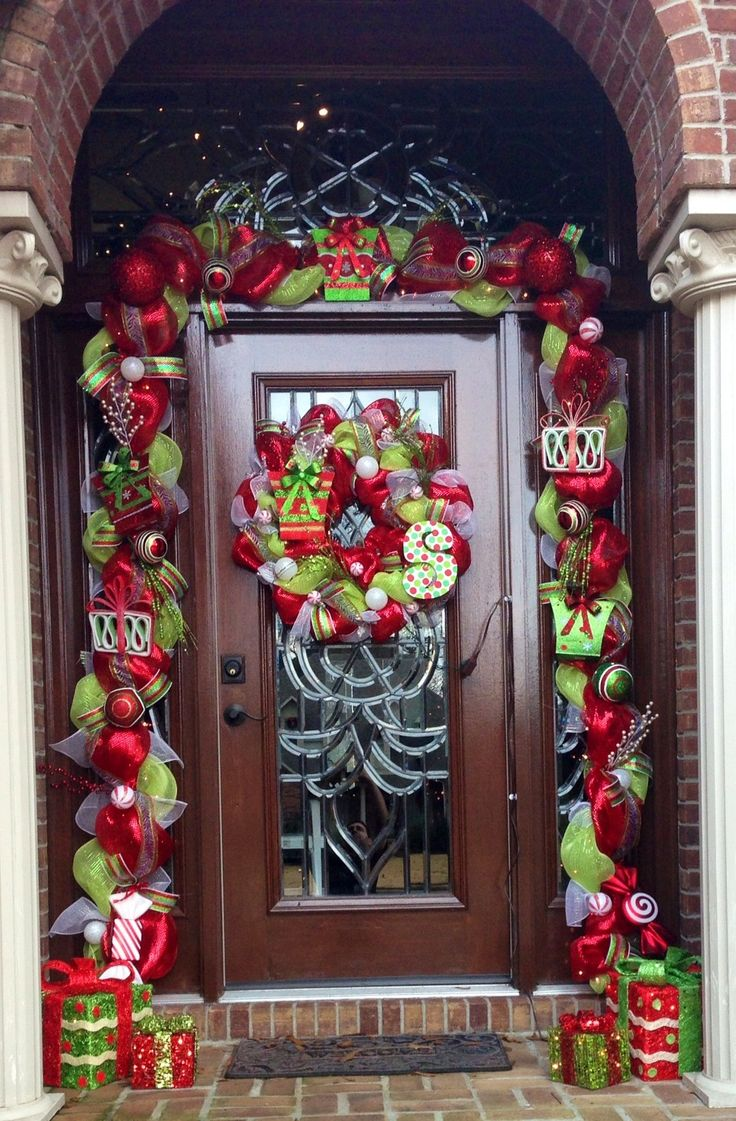 holiday wreaths decorate front door12 - Christmas Front Door Decor
