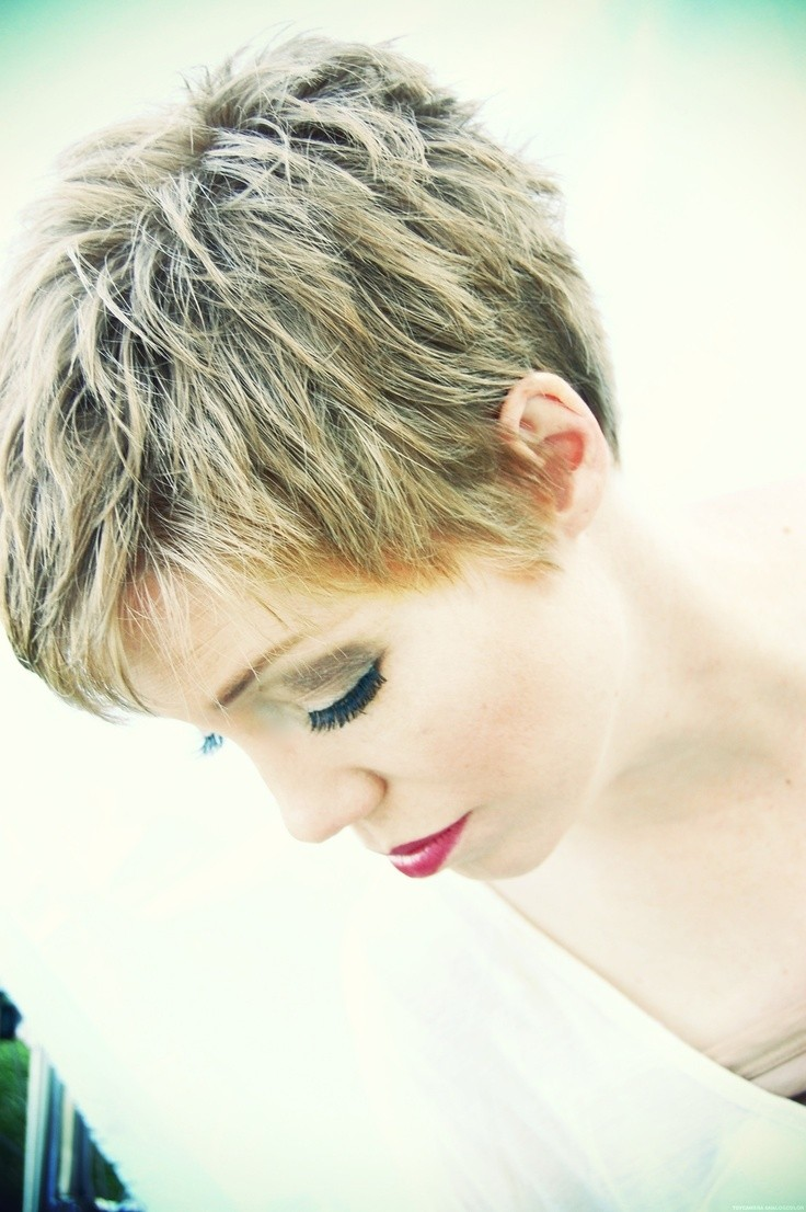 Stunning short hairstyles for gorgeous women 14