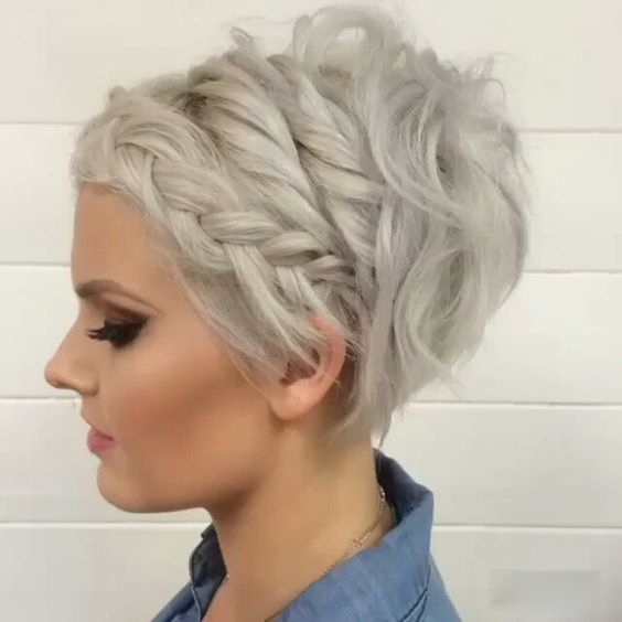 Stunning short hairstyles for gorgeous women 25